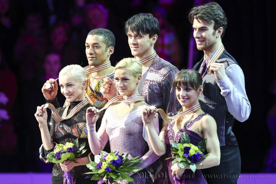 Siegerehrung Aliona SAVCHENKO , Robin SZOLKOWY (GER) , Tatiana VOLOSOZHAR , Maxim TRANKOV (RUS) , Meagan DUHAMEL , Eric RADFORD (CAN)