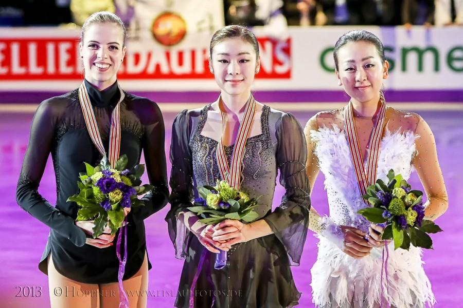 Siegerehrung 2 Carolina KOSTNER (ITA) , 1 Yuna KIM  (KOR) , 3 Mao ASADA (JPN)
