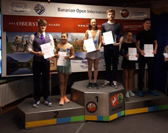 Liu / Meyh aus den Vereinigten Staten holen sich den Sieg im Paarlauf Junioren. Hinter zwei russischen Paaren werden Thomalla/Kunkel vierte. Roscher/Schuster verbessern sich auf Platz sieben und Lossius/Rust belegen Platz 13