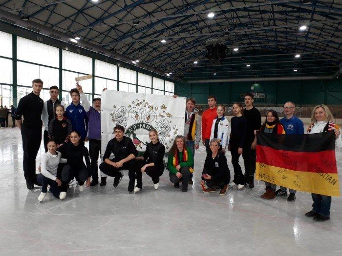 Minerva und Nolan eines der Demonstrationspaare umringt von Paaren aus Weißrussland und Italien und dem Paarlauffanclub